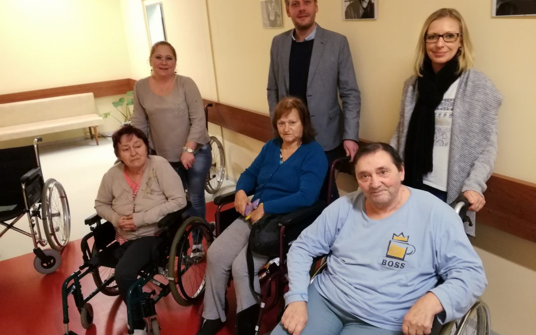 Ježíškova vnoučata: TOP tým vybral mezi členy 15 000 Kč na invalidní vozíky pro sanatorium ve Vizovicích